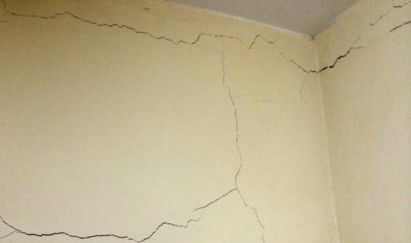 الشروخ المائلة في الجدران